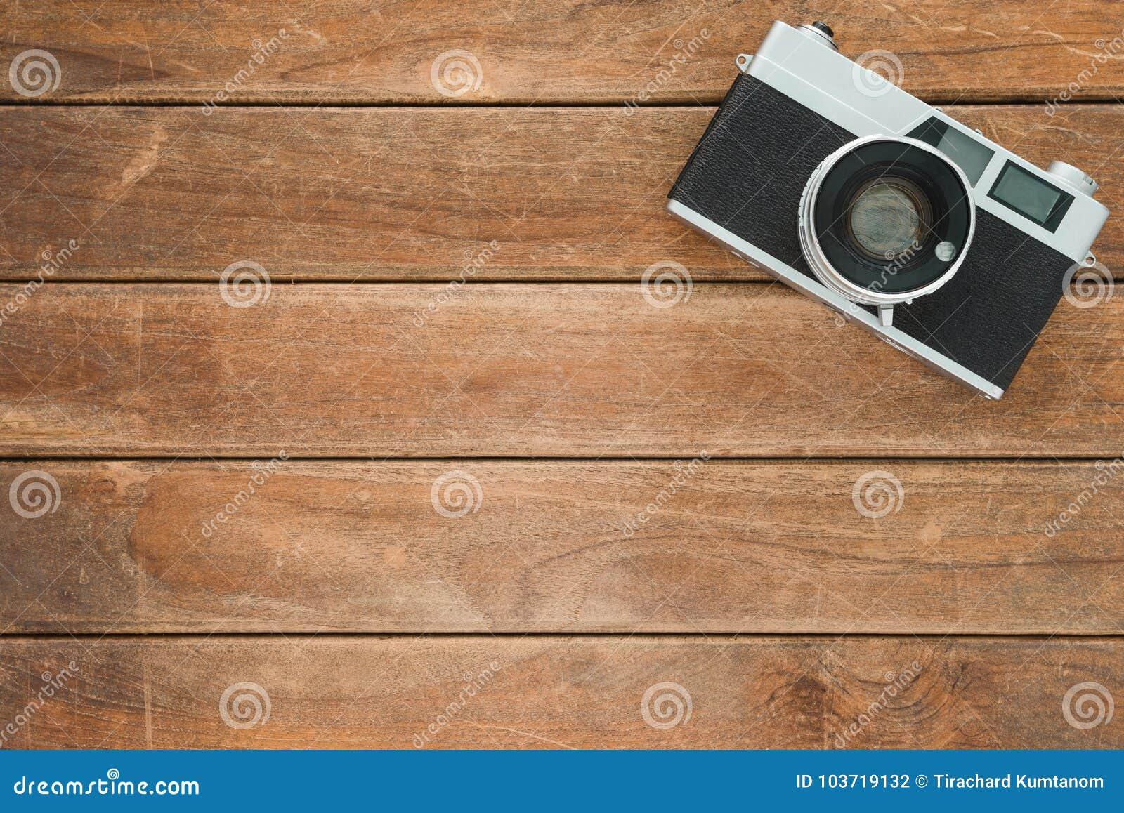 Trätabell för kontorsskrivbord med den gamla kameran Bästa sikt med kopieringsutrymme Bästa sikt av den gamla kameran över trätab