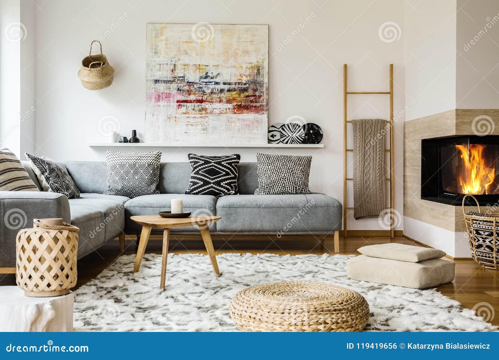 Trätabellen bredvid grå färger tränga någon soffan i varm vardagsruminte
