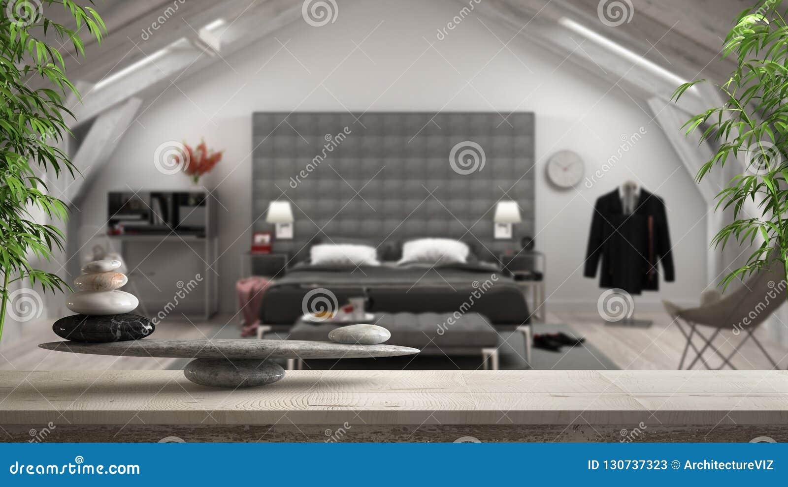 Trätappningtabell eller hylla med stenjämvikt, över suddigt klassiskt loftvindsovrum med lyxigt möblemang, fengshui, zen Co