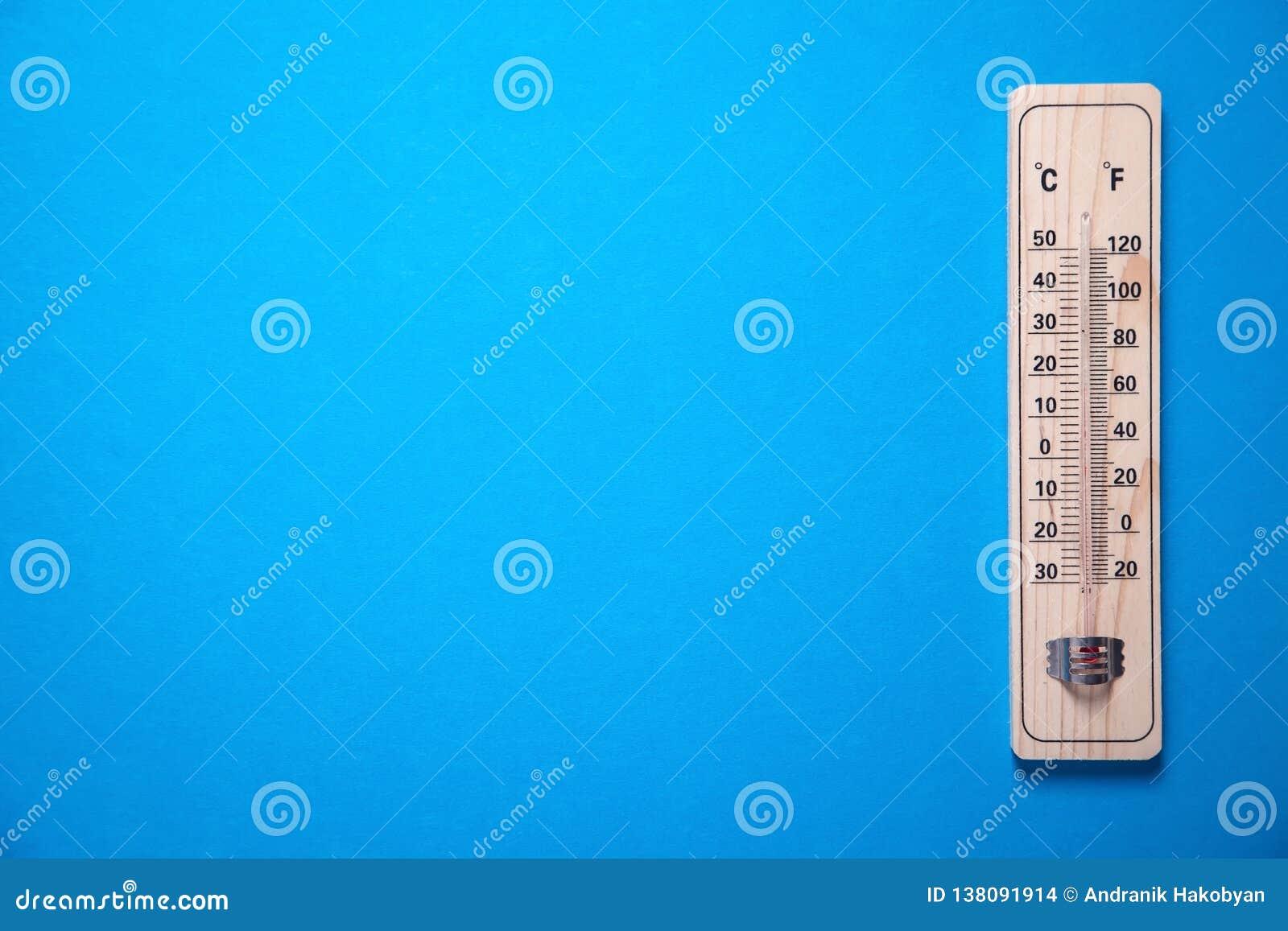 Trätermometer på blå bakgrund