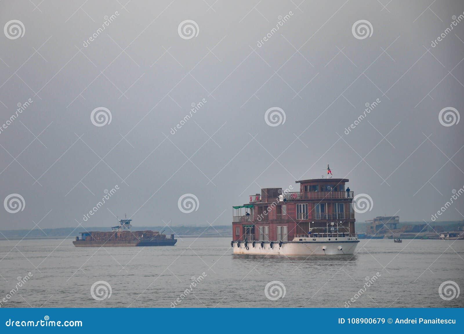 Trätransport för passagerarefartyg på den Irrawaddy floden i Burma