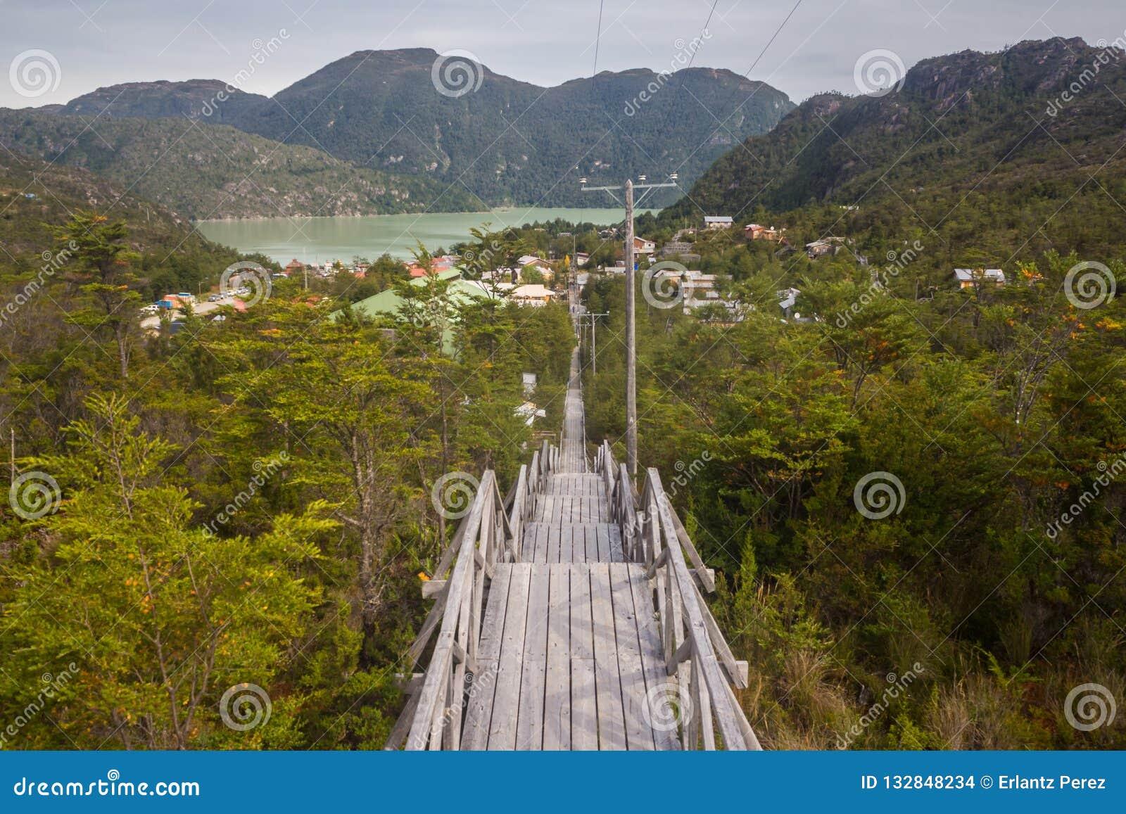 Trätrappa som leder till Caletaen Tortel, liten fiska villag