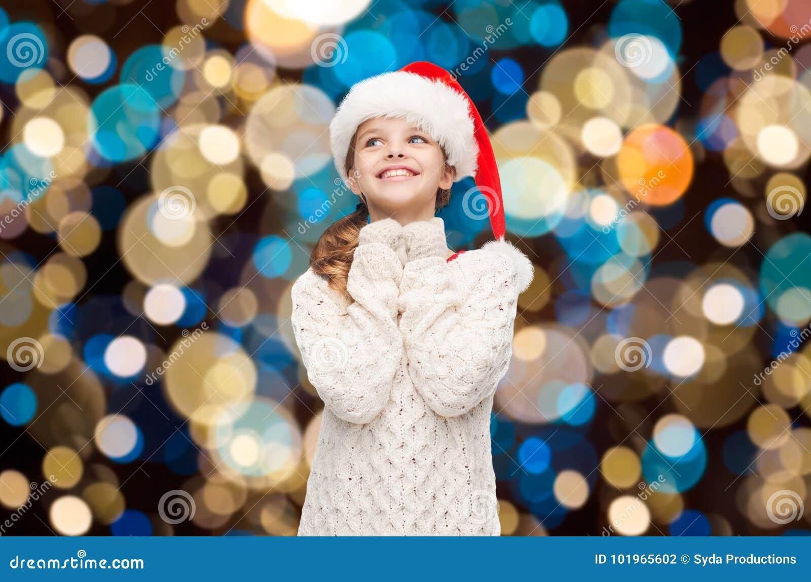 Träumendes Mädchen im Sankt-Helferhut über Lichtern