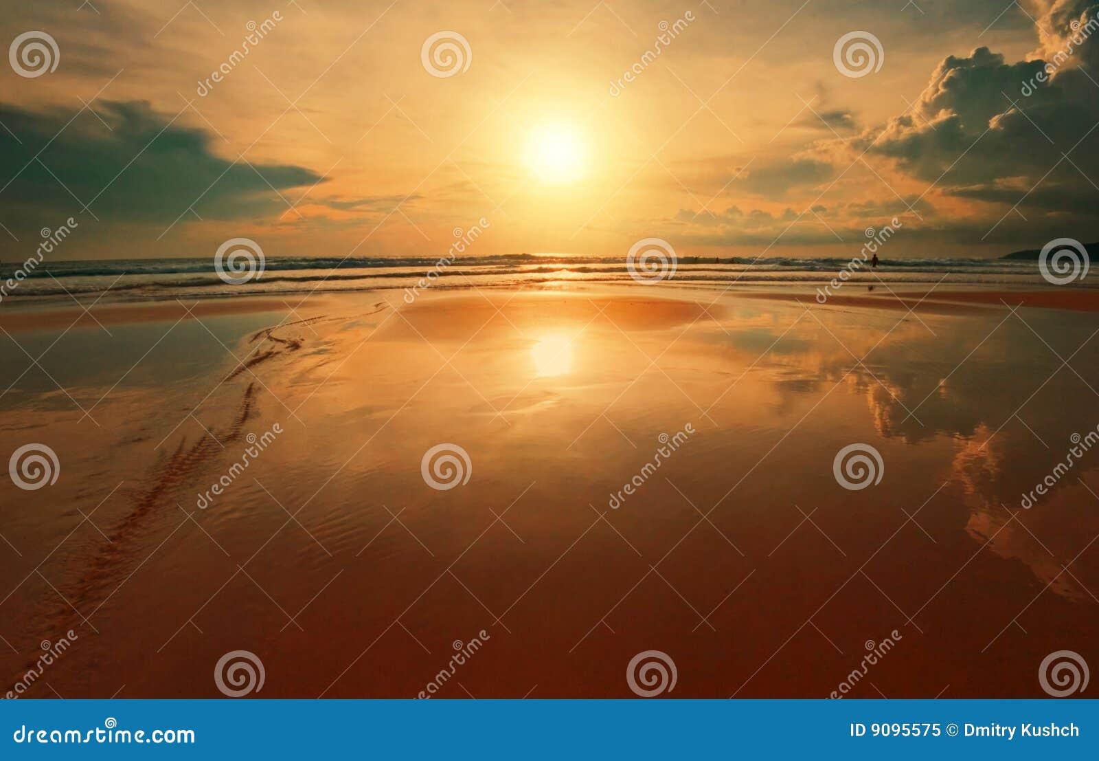 Träumerischer tropischer Sonnenuntergang