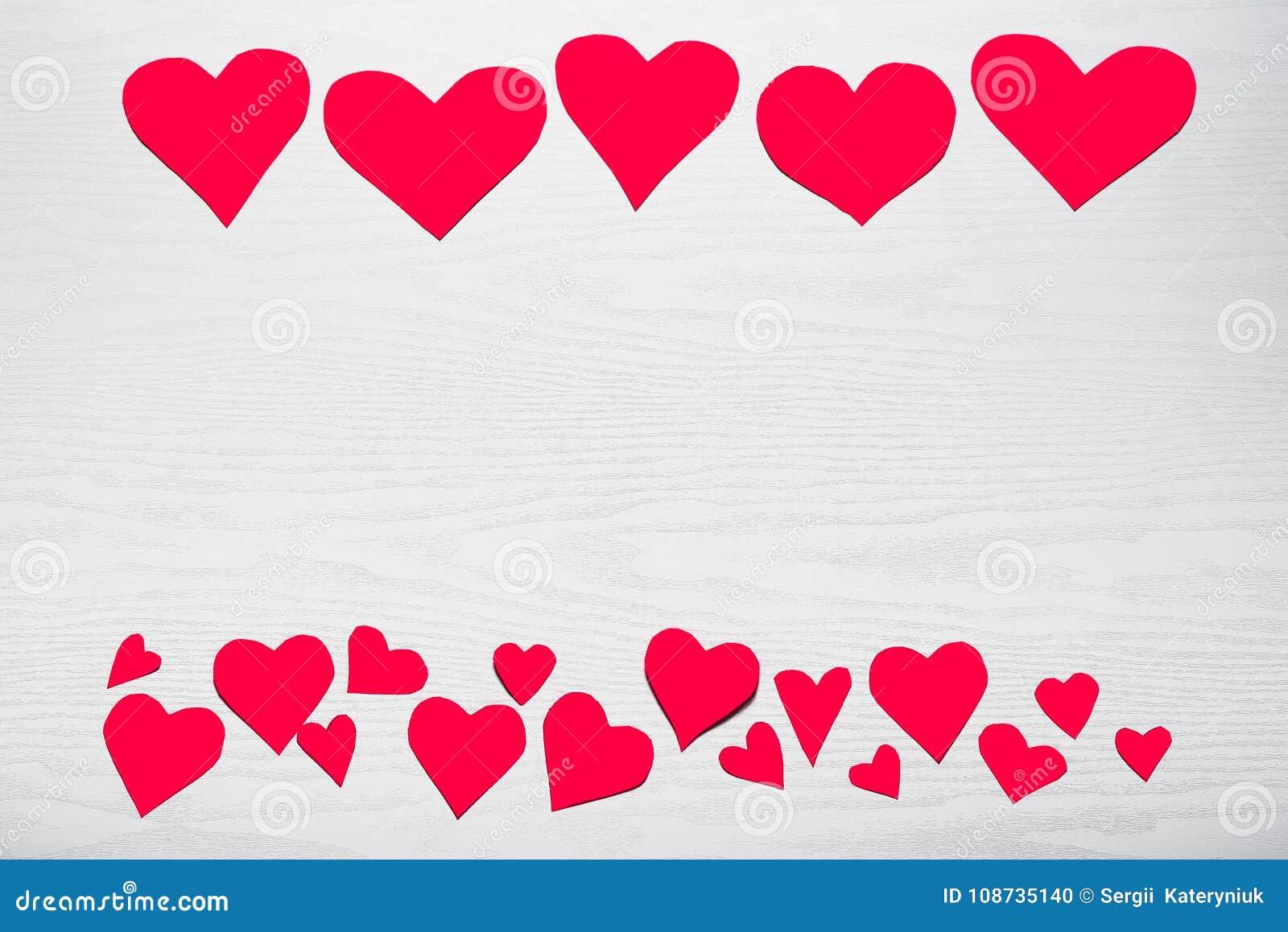 Trävit bakgrund med röda hjärtor Begreppet av Valentin