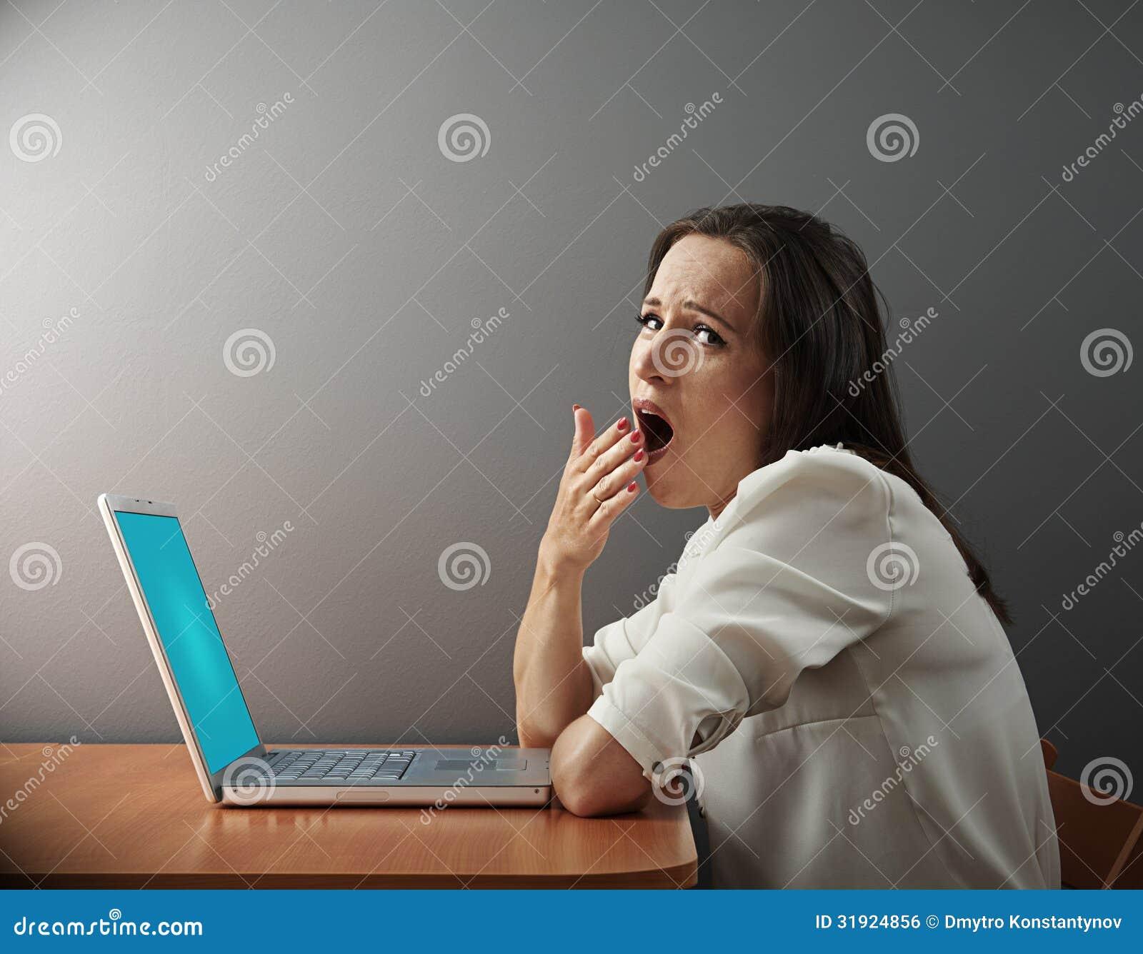 Tråkigt kvinnasammanträde med bärbara datorn