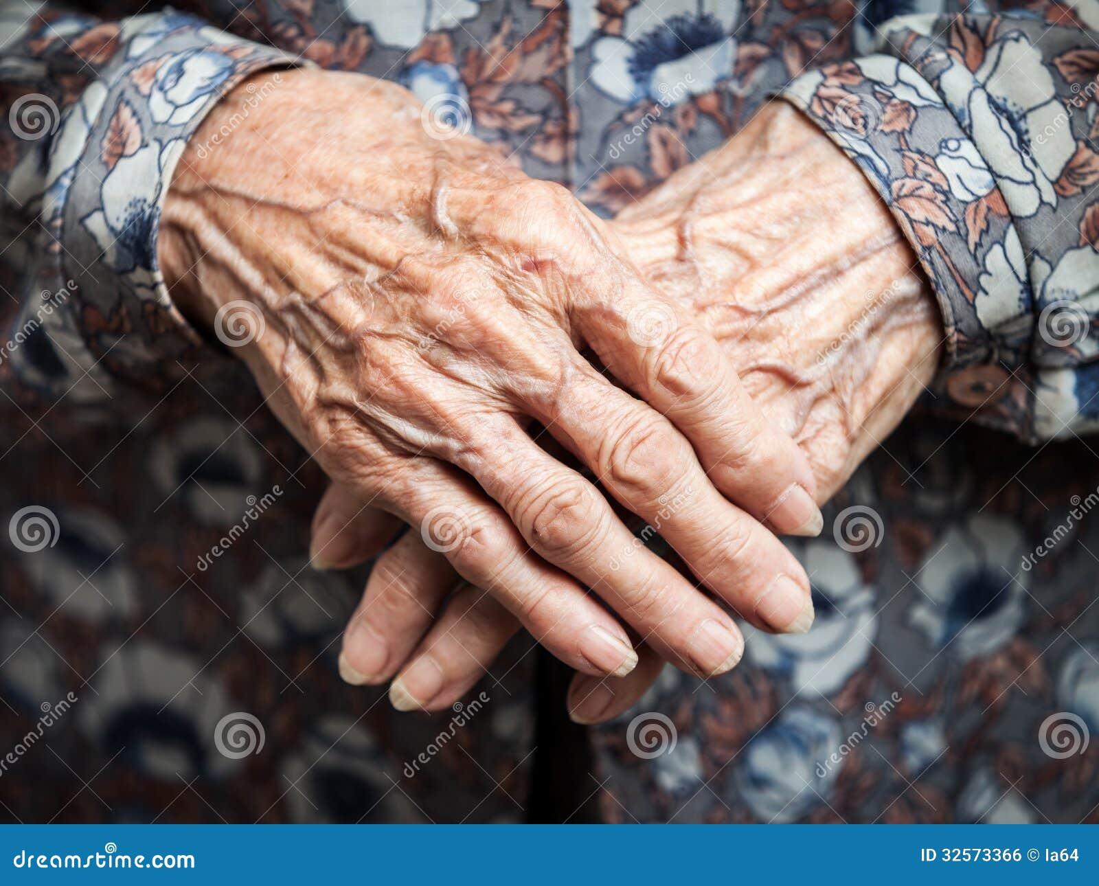 Très mains de dame âgée