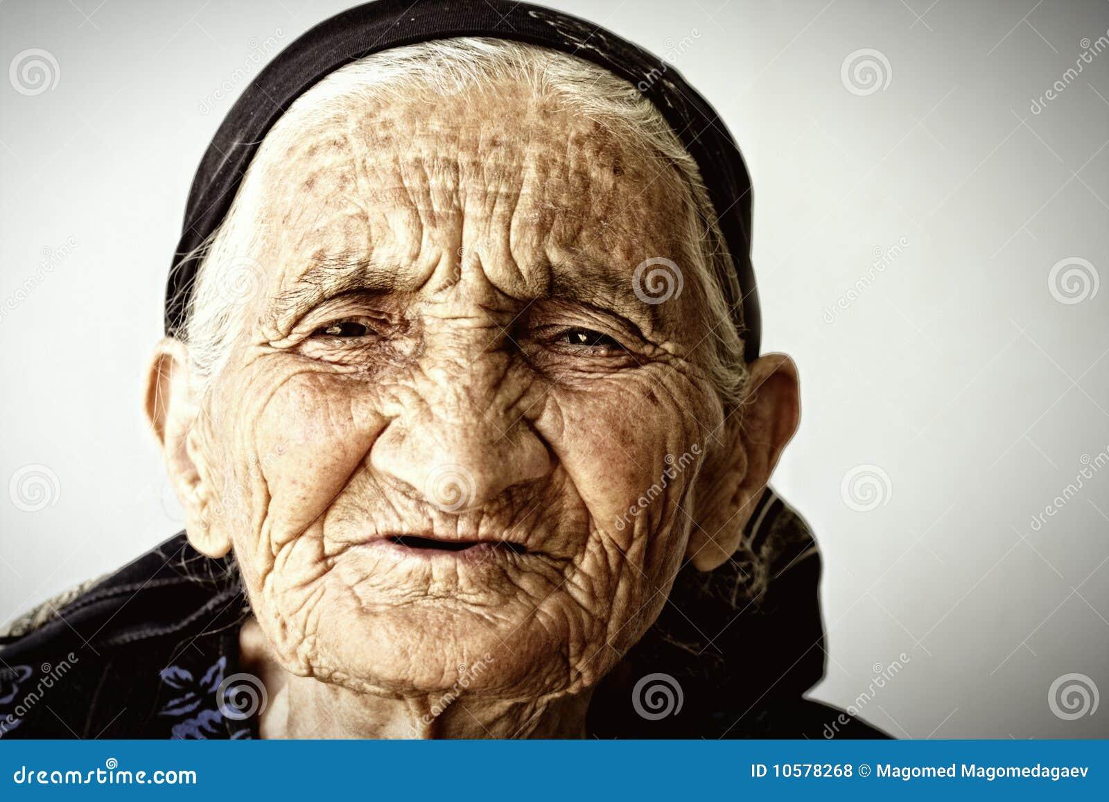 Très visage de dame âgée
