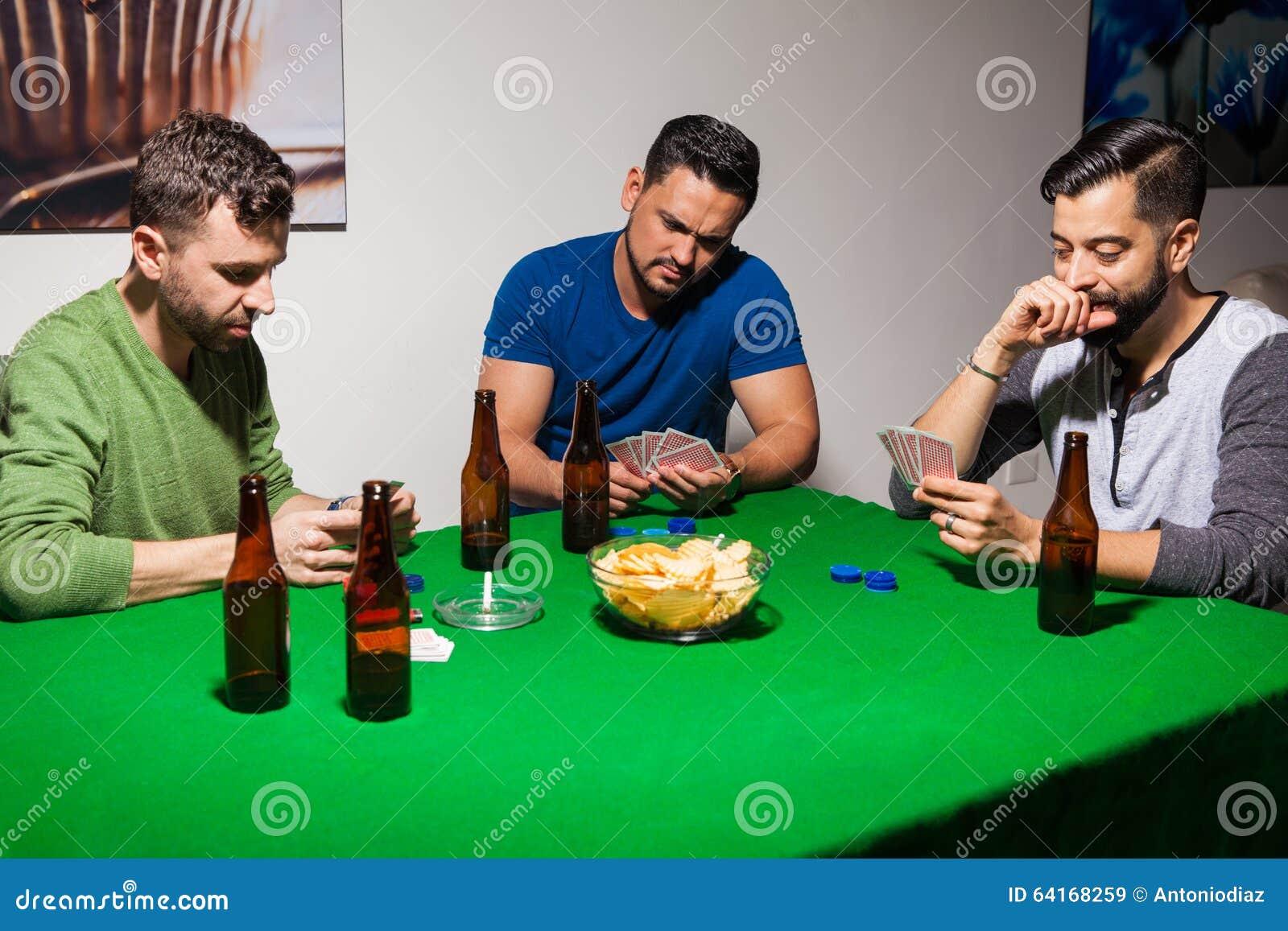Três amigos durante a noite do pôquer