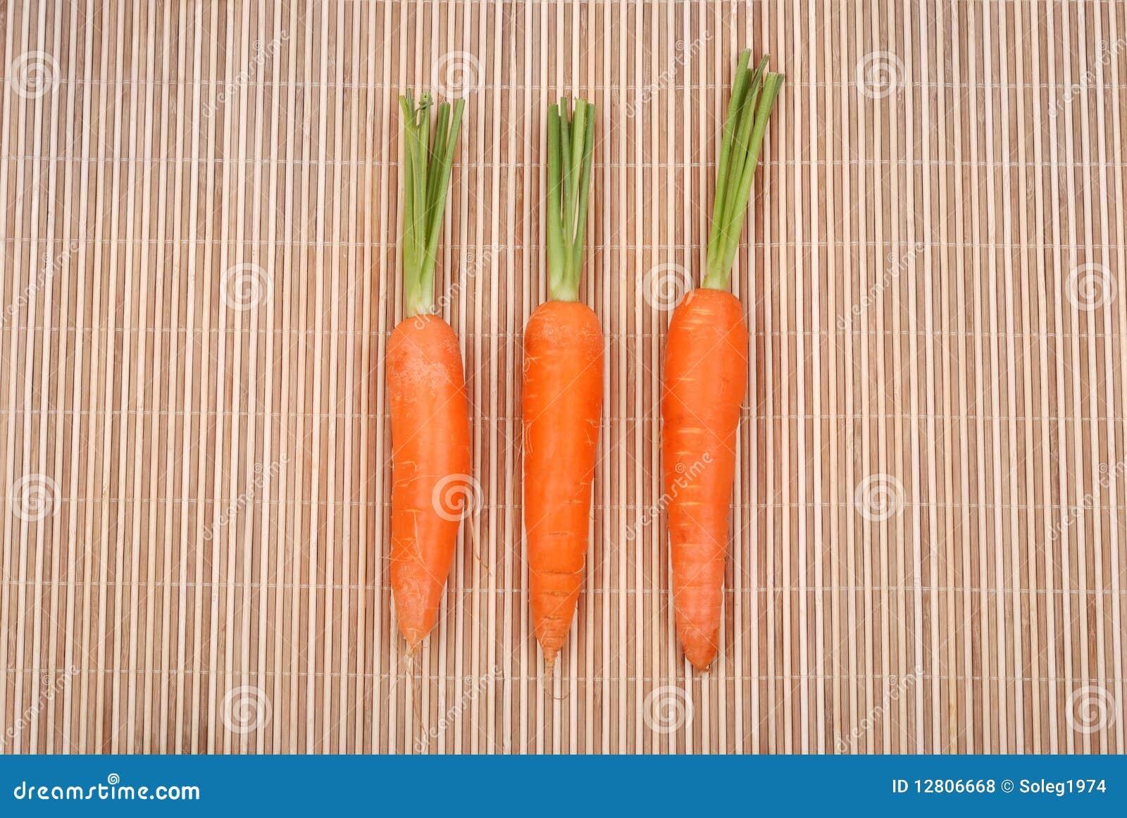 Três cenouras em uma esteira