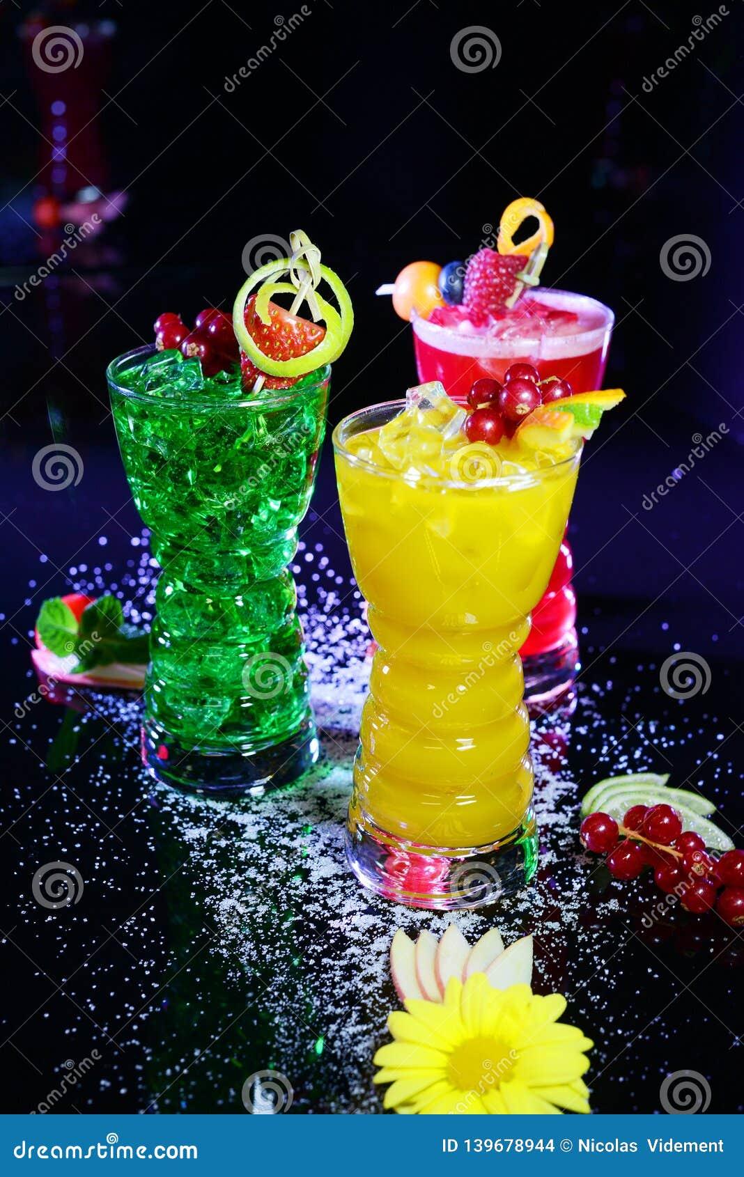 Três cocktail sem álcool muito coloridos