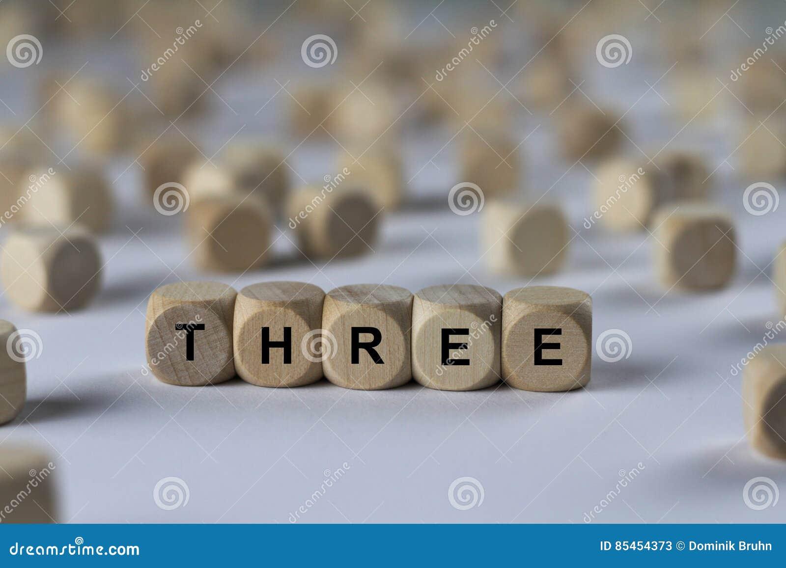 Três - cubo com letras, sinal com cubos de madeira