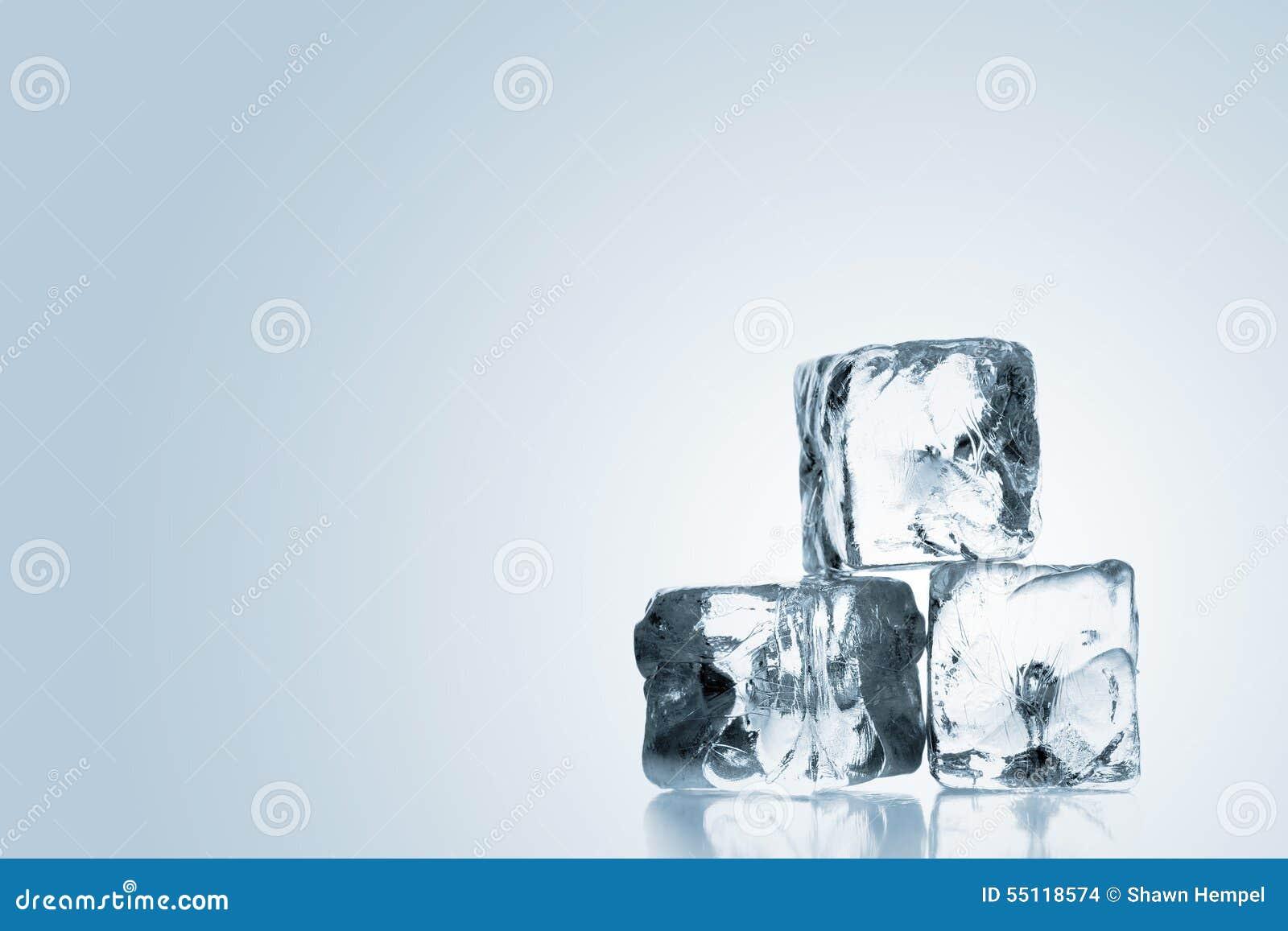 Três cubos de gelo empilhados sobre o fundo azul do inclinação