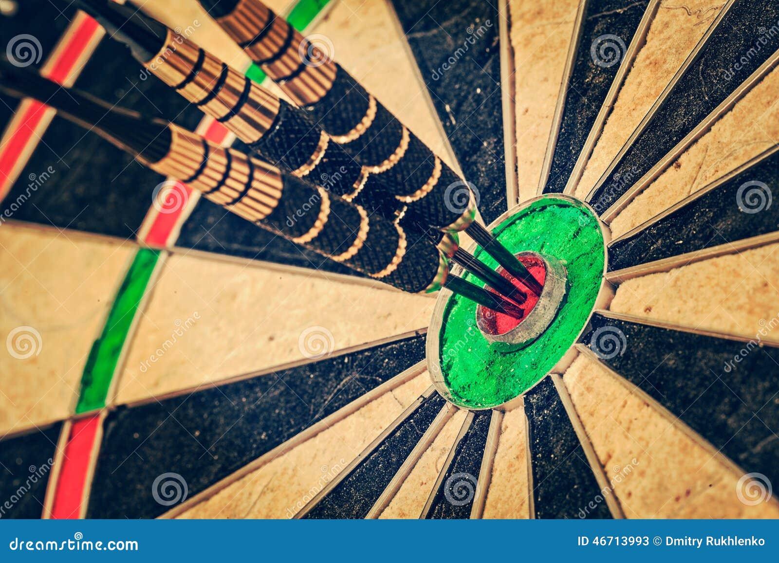 Três dardos no fim do bullseye acima