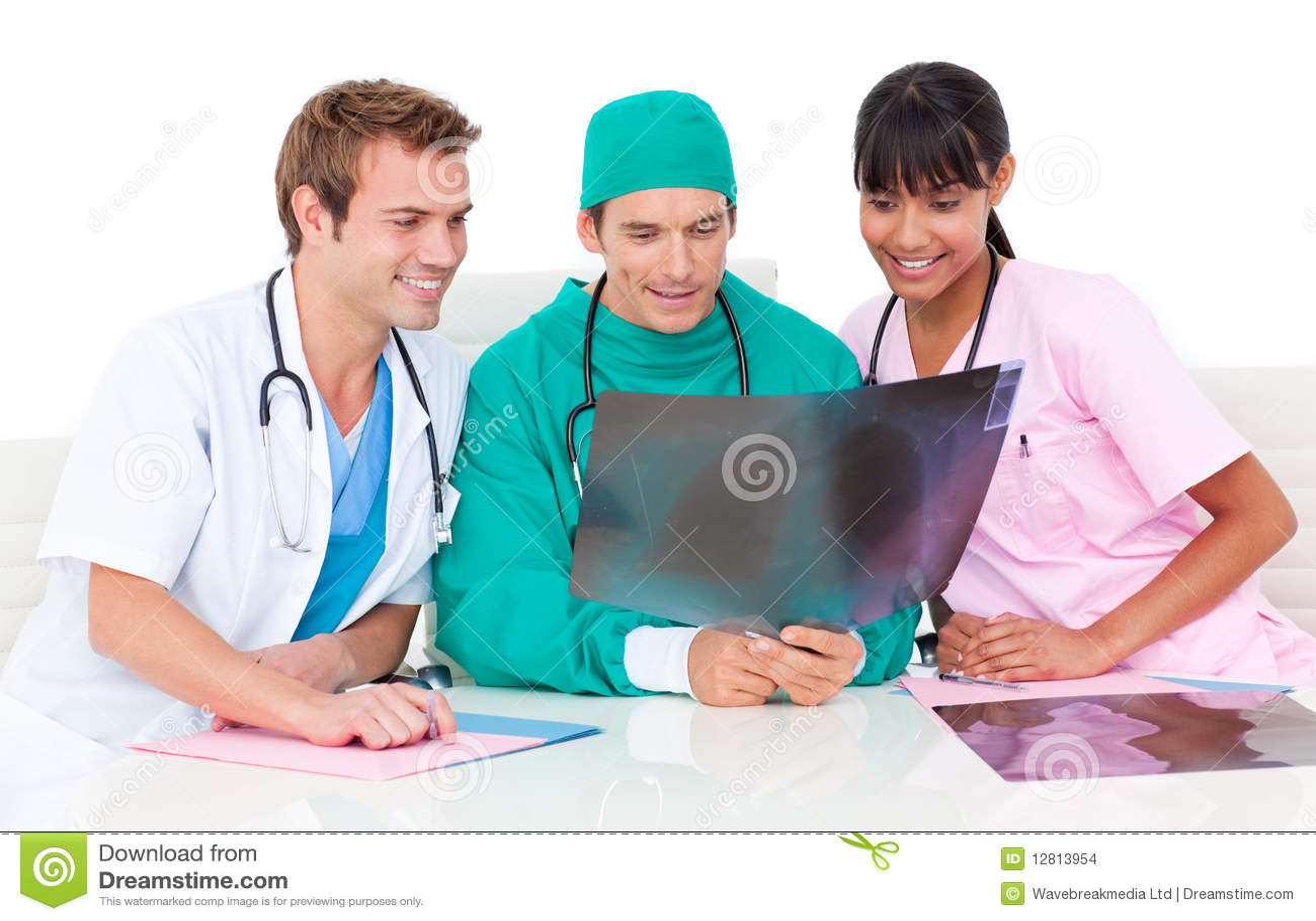 Três doutores alegres que olham uma raia de x