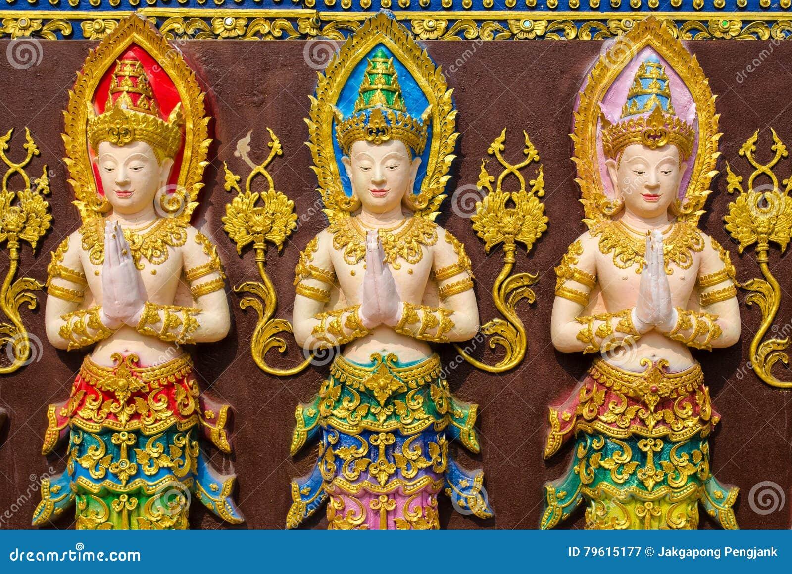 Três estátuas feericamente