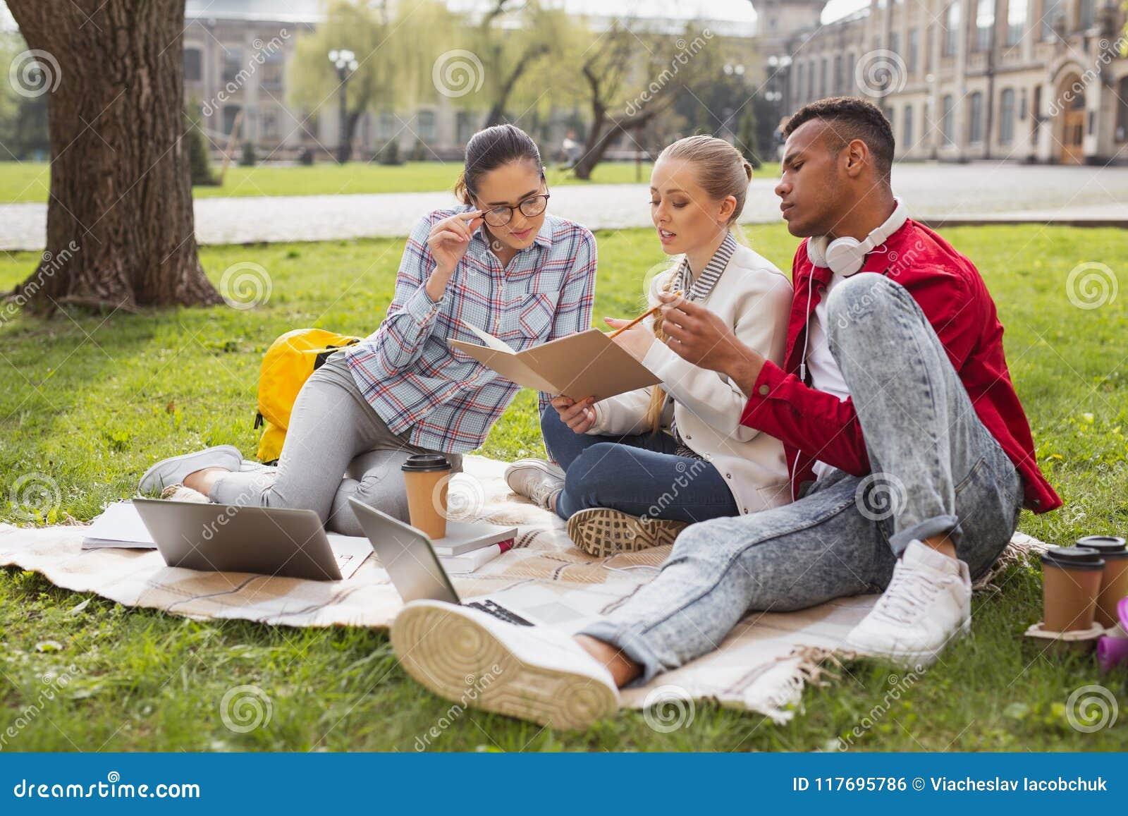 Três estudantes do mestrado que participam no projeto do negócio