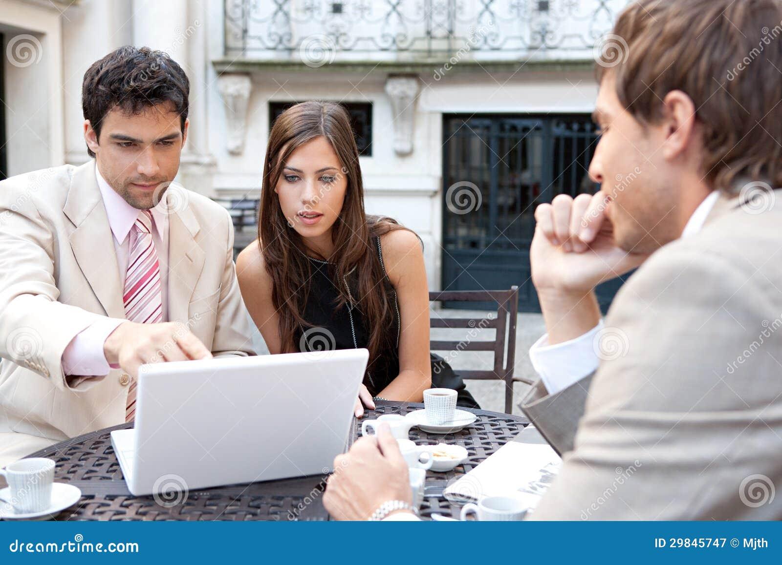 Executivos que encontram-se no café.