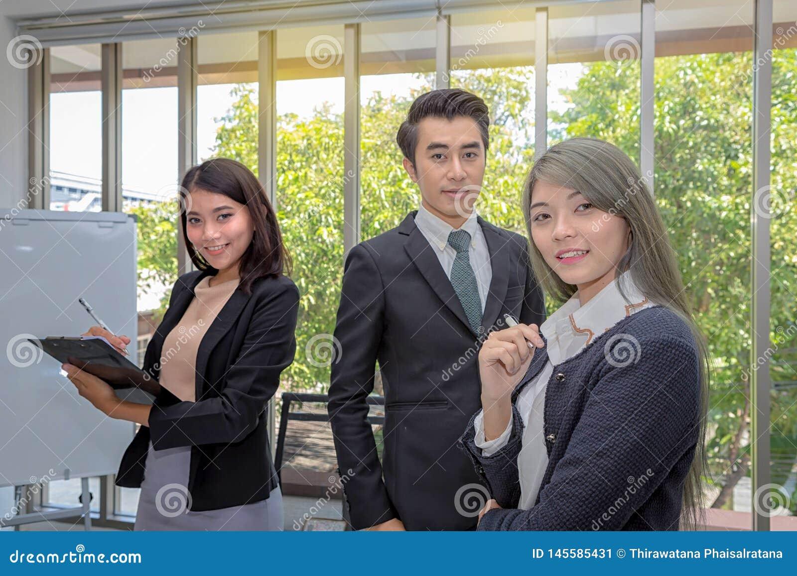 Três homens de negócios na sala de reunião Equipe do neg?cio asi?tico que levanta na sala de reuni?o no escrit?rio Sessão de refl