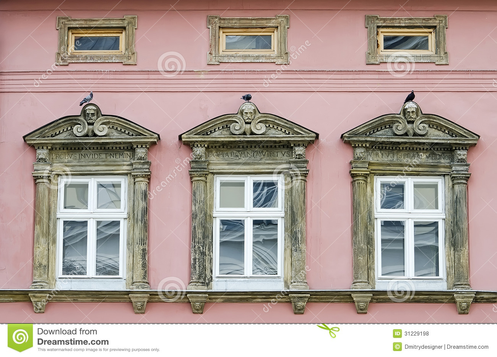 #744E3D Três Janelas Em Uma Casa Velha Fotos de Stock Royalty Free Imagem  3268 Janelas De Madeira Em Vila Velha Es