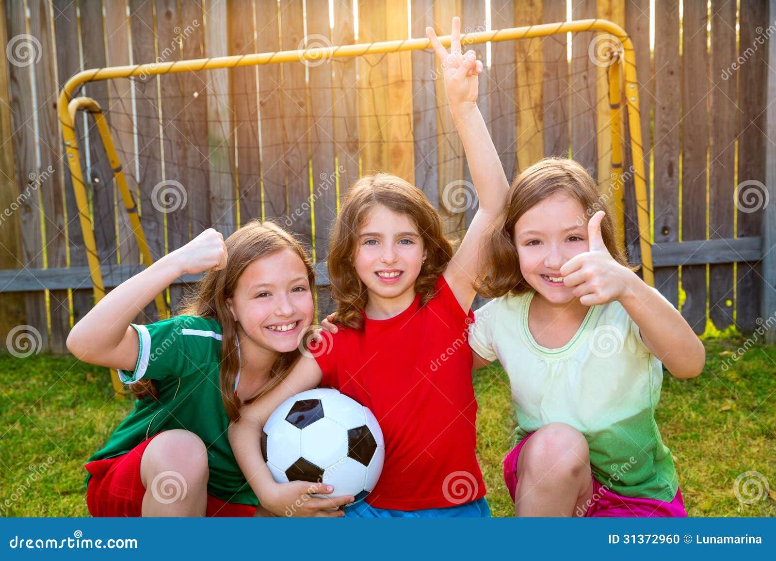 Três jogadores do vencedor do futebol do futebol dos amigos de meninas da irmã