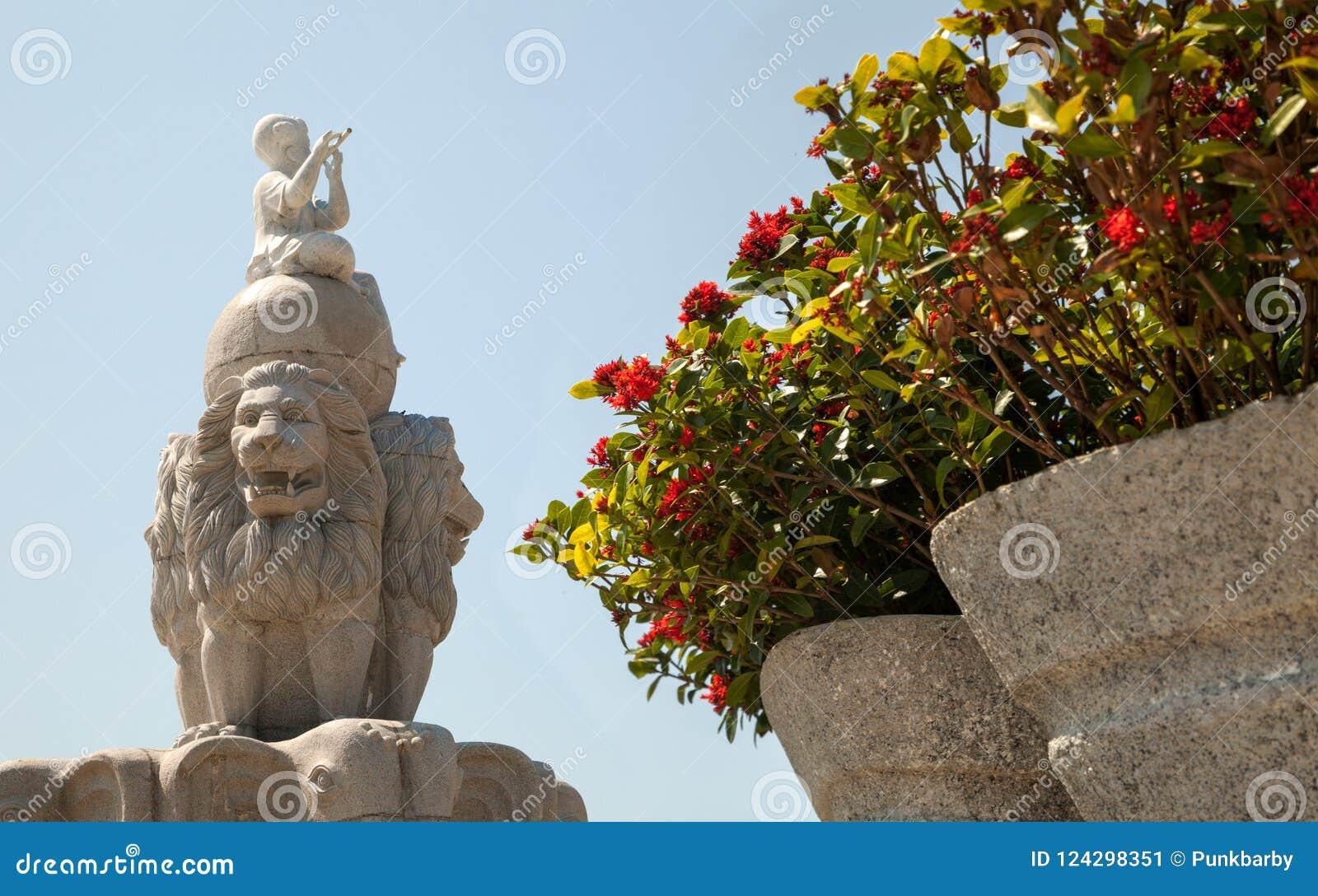 Três leões que guardam uma escultura do globo perto do parque de diversões de Vinpearl