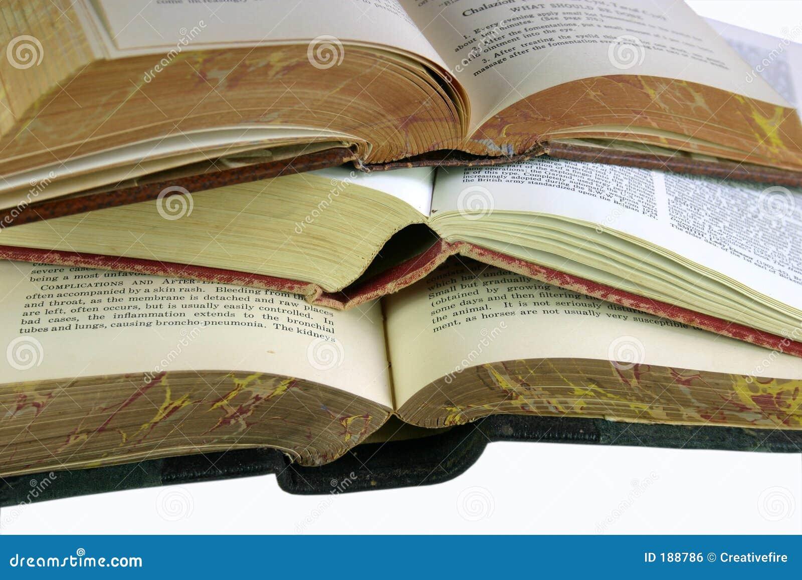 Três livros abertos