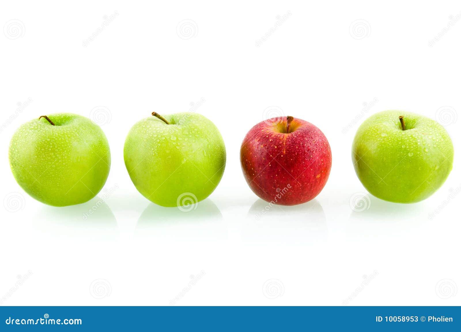 Três maçãs verdes com a uma maçã vermelha