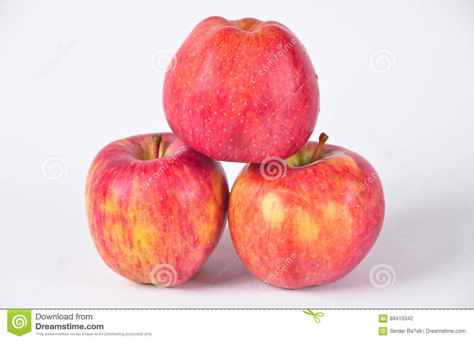 Três maçãs vermelhas