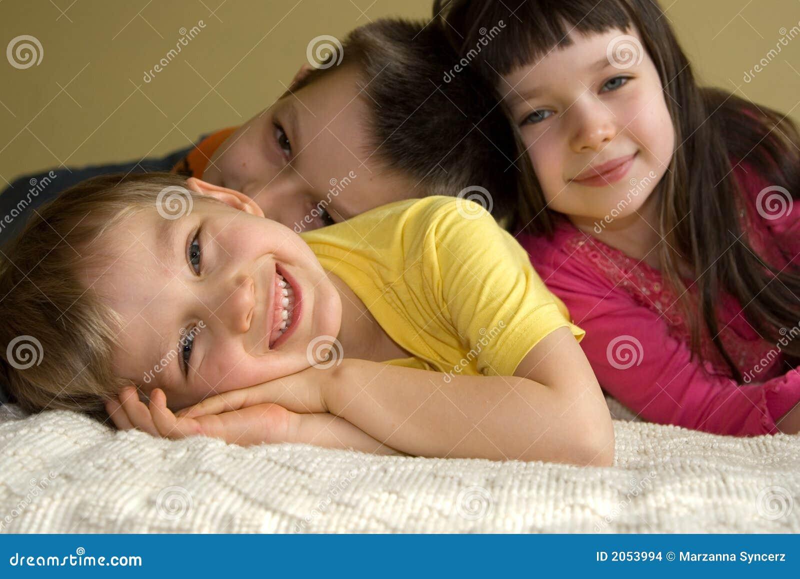Três miúdos brincalhão