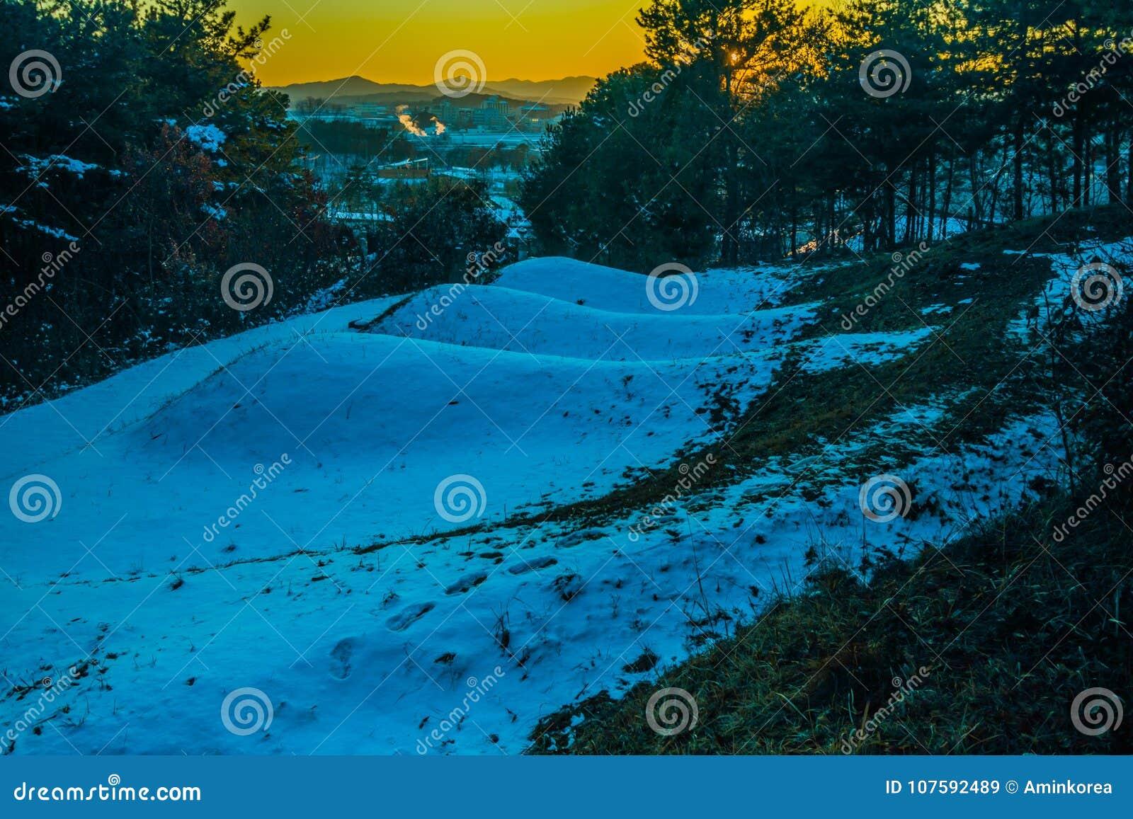 Três montes de enterro na montanha coberta com a neve