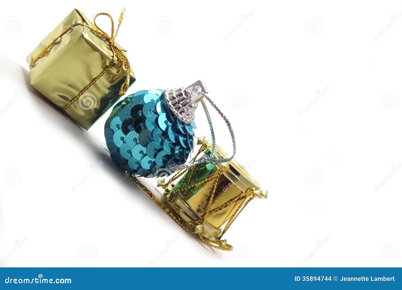 Três ornamento do Natal com espaço da cópia
