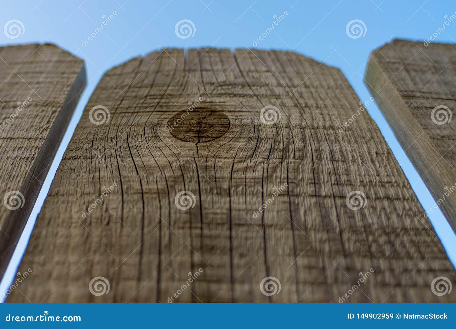 Três painéis da cerca de madeira com fundo do céu azul