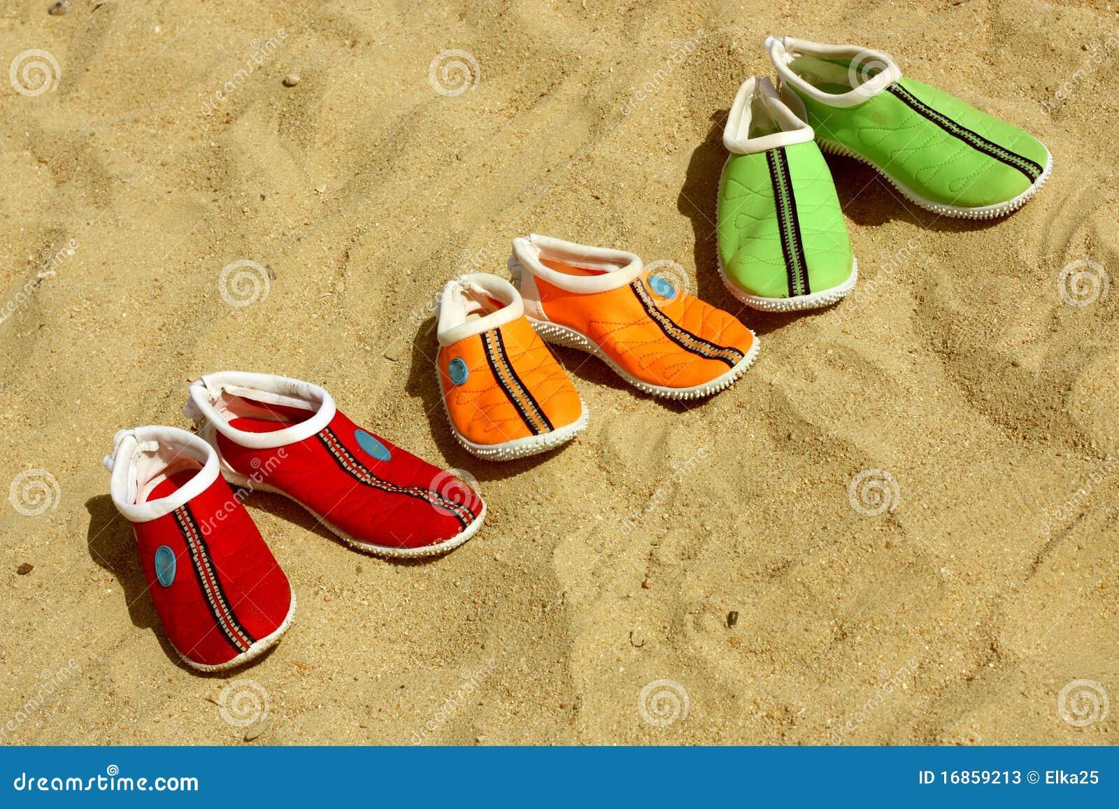 Três pares de sapatos para a praia
