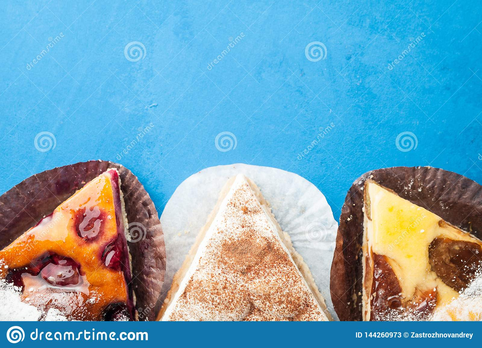 Três partes de torta diferentes em um fundo azul com espaço para felicitações Conceito de um feriado ou de um aniversário