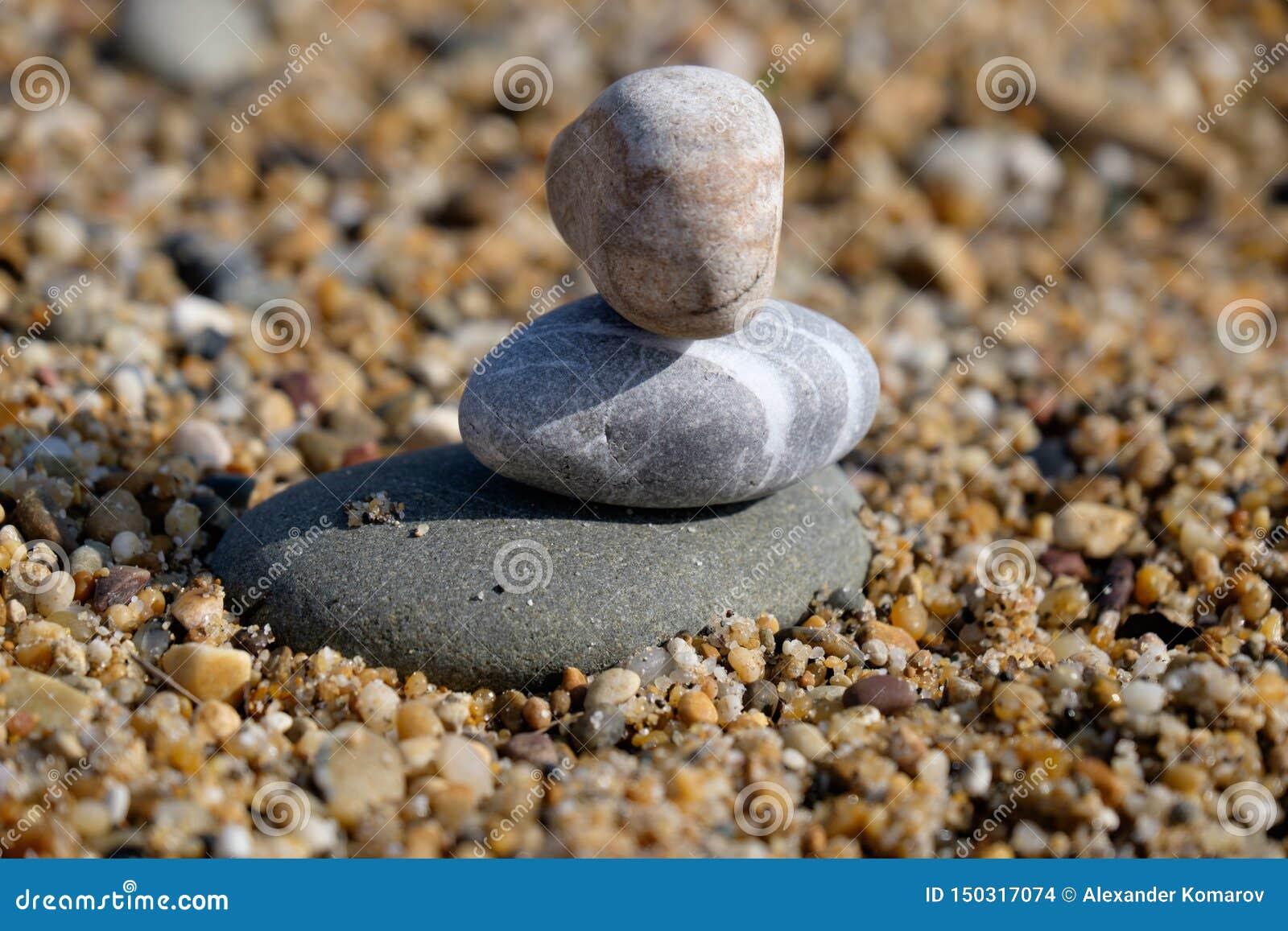 Três pedras do seixo empilharam um sobre outro