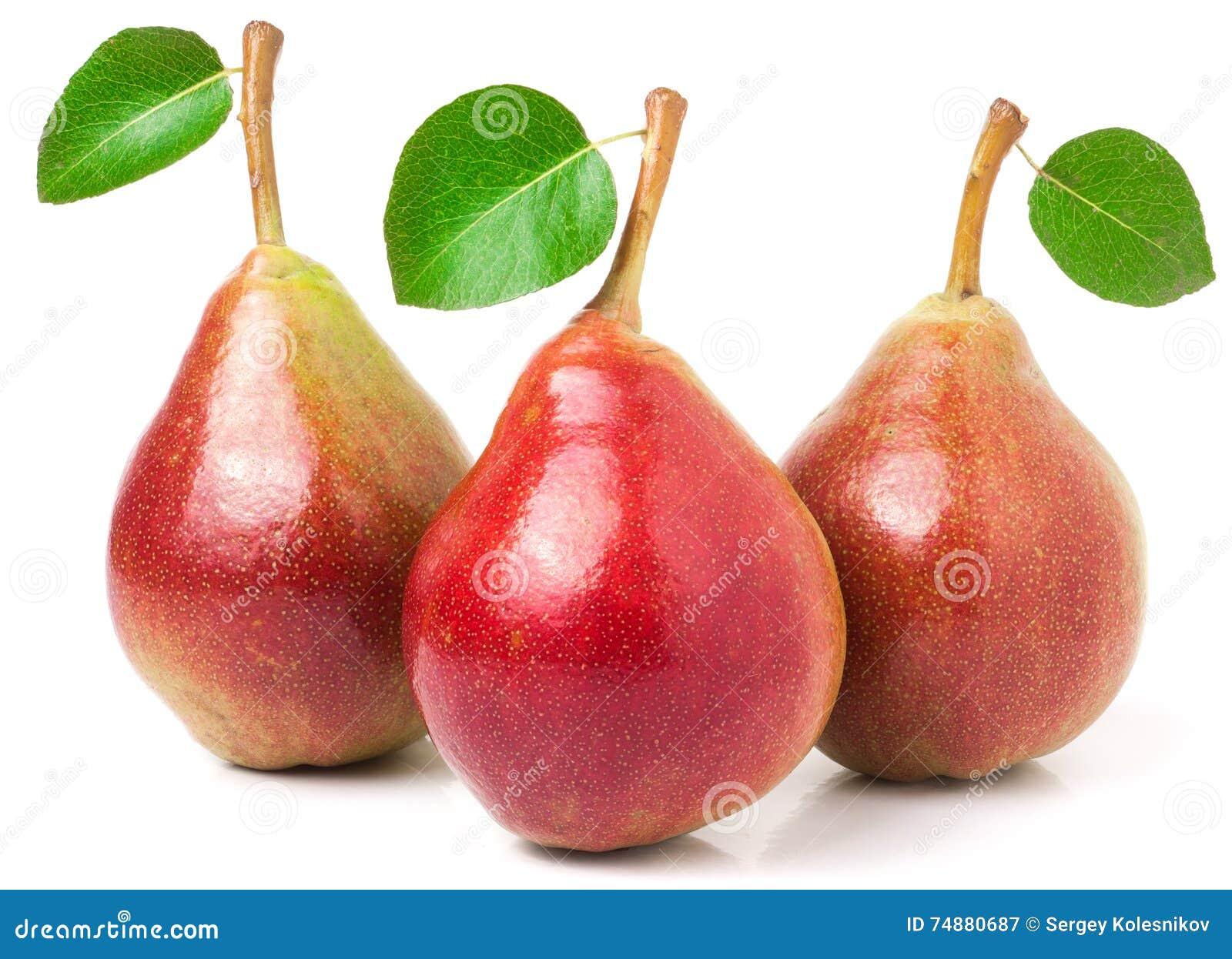 Três peras vermelhas com as folhas no fundo branco