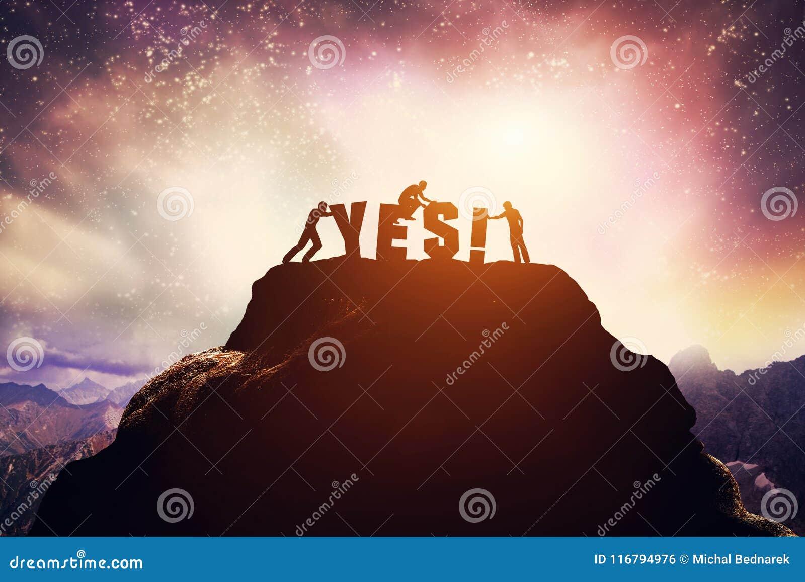 Três povos e SIM escrita na montanha