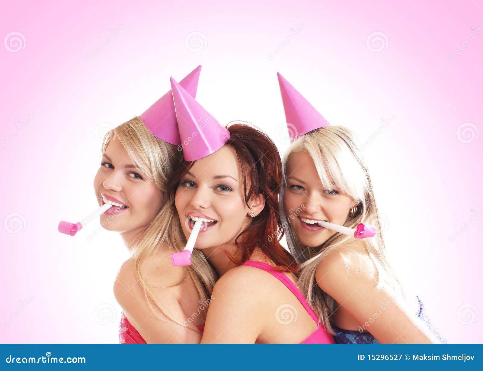 Três raparigas estão tendo uma festa de anos
