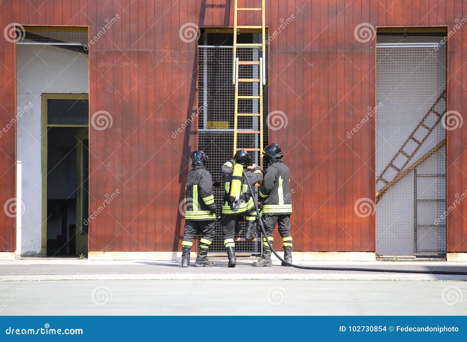 Três sapadores-bombeiros no corpo dos bombeiros