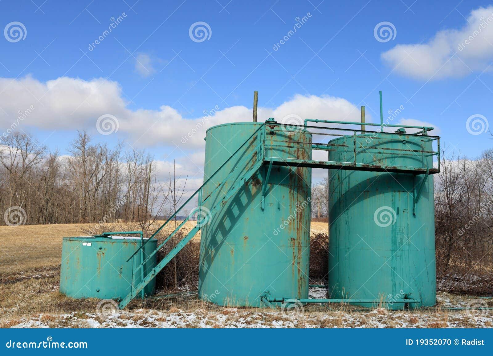 Três tanques de petróleo