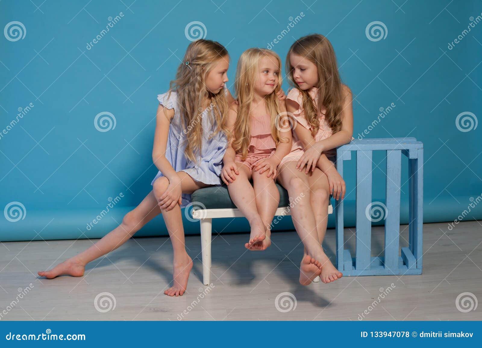 Três vestidos bonitos das meninas formam irmãs do retrato