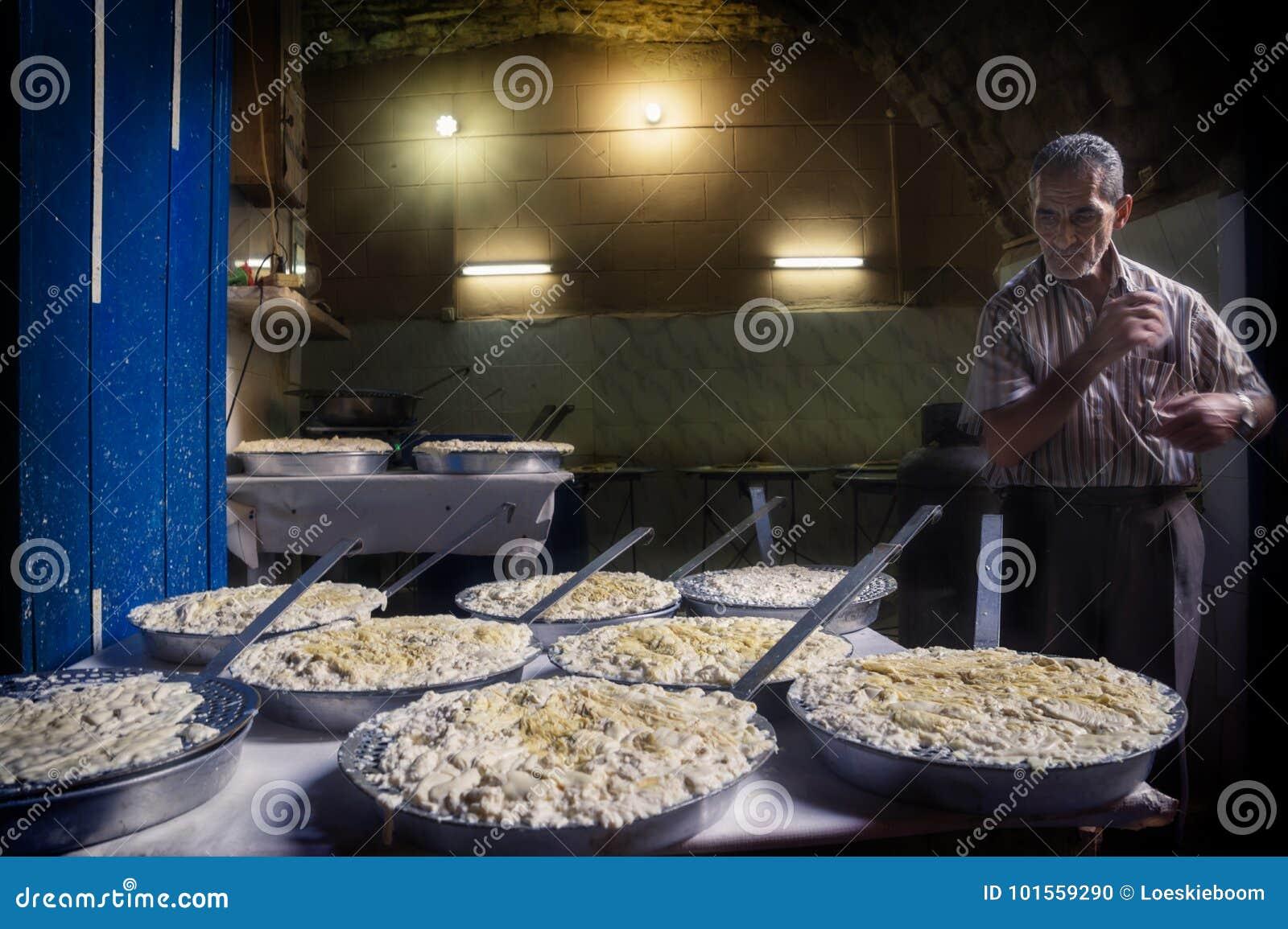 Trípoli, Líbano - 9 de octubre de 2015: Fabricante del queso en los souks de Trípoli