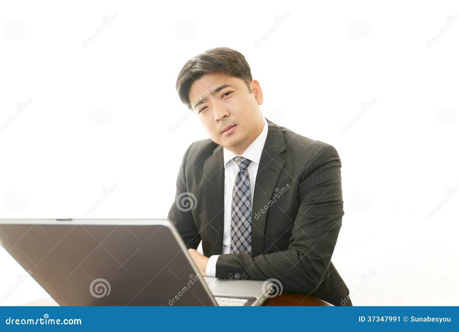 Trött asiatisk affärsman