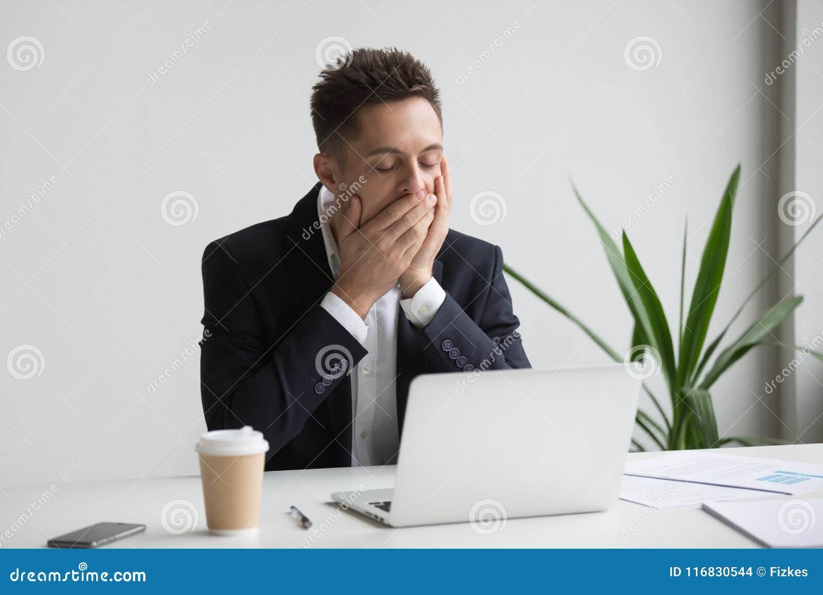 Trött kontorsarbetare som gäspar funktionsduglig lång tid