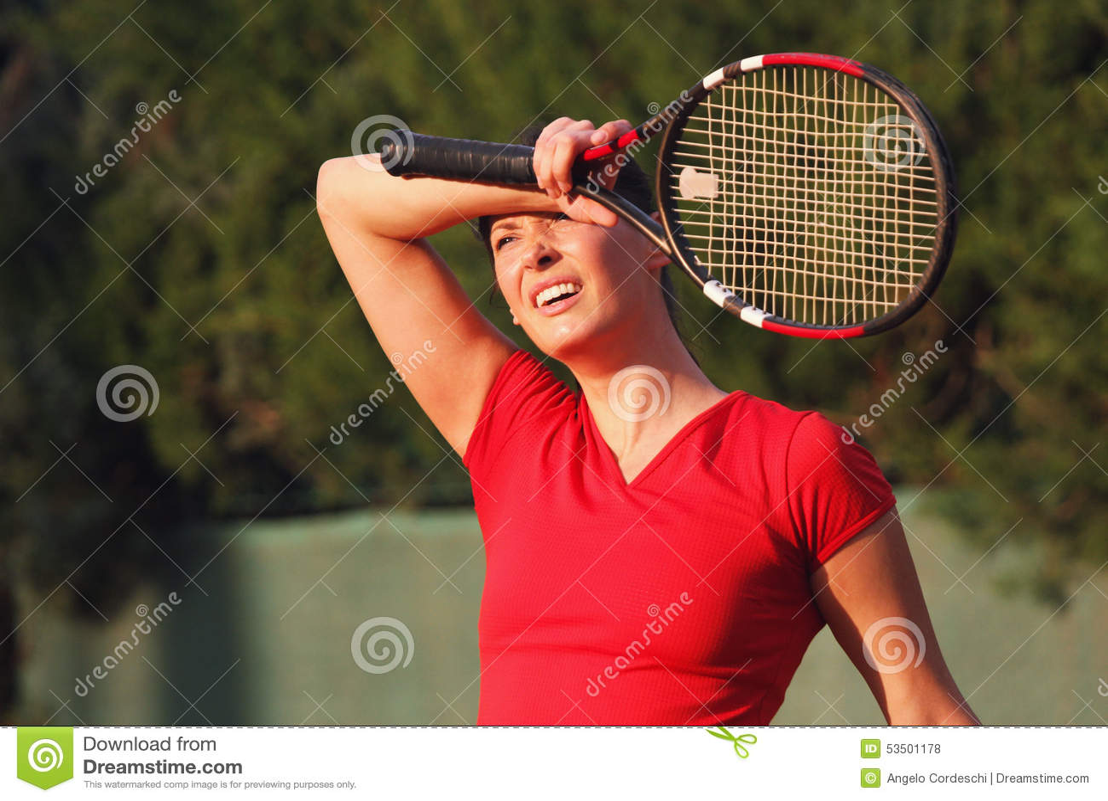 Trött kvinnatennisspelare för kvinnlig, racket Wipessvett