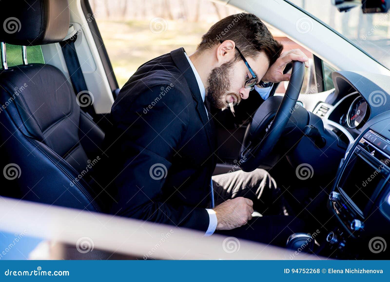 Trött man i en bil