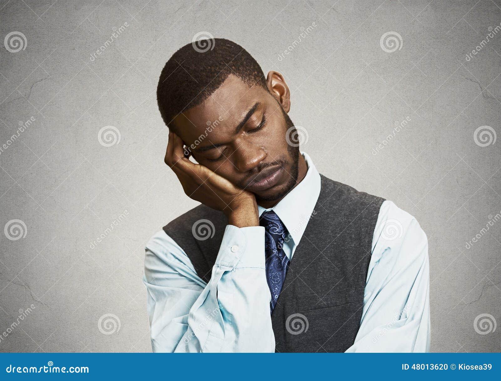 Trött sömnig man