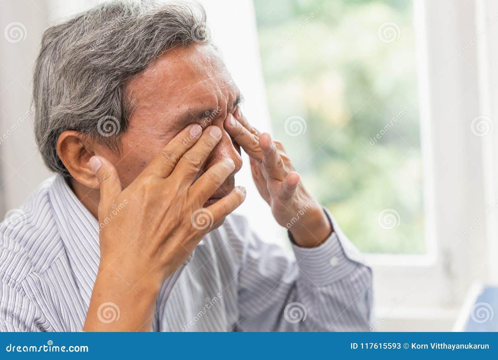 Tröttad rogivande massage för äldre självöga från retningproblemtrötthet och