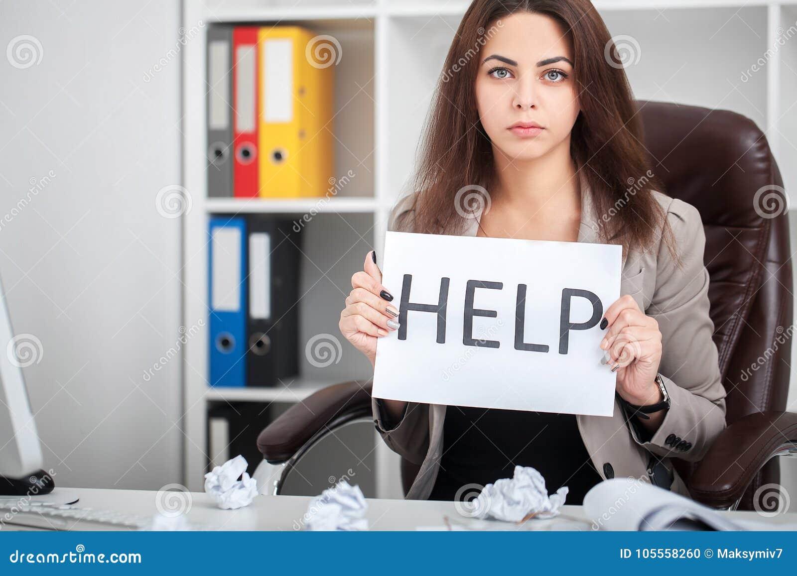 Tröttat och frustrerat kvinnaarbete för europé som sekreterare i stre